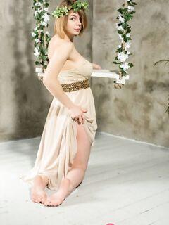 Горячая девушка с большими дойками позирует среди цветов и показывает обе щели холеной промежности - фото