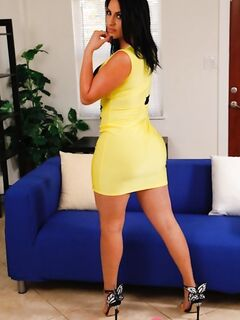 Кубинская секс-бомба с тяжелыми сиськами и умопомрачительной задницей дрочит манду - фото