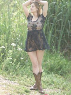 Модель любительница красуется на природе в стильных сапожках и прозрачном платьице - фото