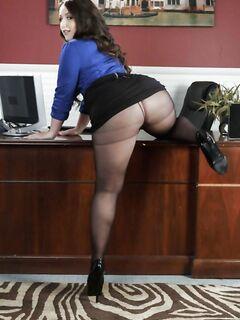 Толстая латинка Лола освобождается от колготок в офисе и блещет жирной задницей - фото