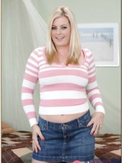 Зрелая толстушка Кала крупным планом показывает развороченную ненасытную вульву - фото