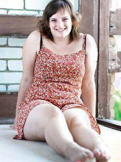 Сексапильная толстушка сняла платье и показала свои натуральные дойки - фото