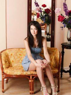 Привлекательная брюнетка Ганна снимает платье и хвастается сочными сосками на дойках - фото