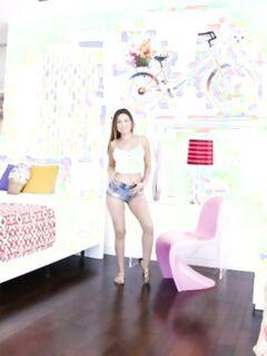 Очаровашка Мелисса хвастается крупными сосками и волосатой киской на фотосессии - фото