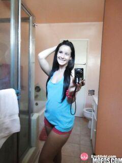 Хорошенькая брюнетка делает голые селфи фото дома перед зеркалом - фото