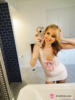 Очаровательная блондинка дома в ванной устроила стриптиз для селфи - фото