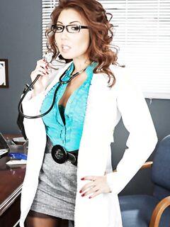 Азиатская докторша Акира снимает стильные очки и раздевается для показа своего идеального тела - фото