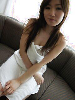 Молодая азиатка ублажает свою сочную письку вибратором - фото