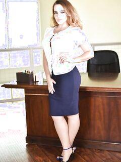Пухлая секретарша очаровывает шефа мясистыми дойками и гладкой мандой - фото