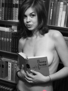 Привлекательная девка в библиотеке оголила свои роскошные дойки - фото