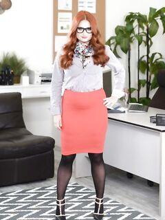 Рыжая очкастая секретарша раздевается в офисе на работе перед шефом - фото