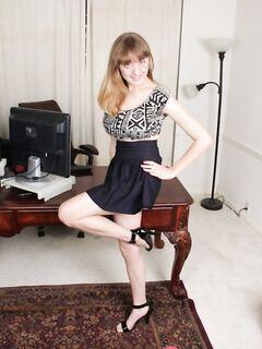Модель любительница Эмили с увесистыми сиськами позирует на работе и показывает манду - фото