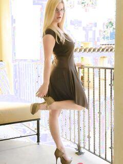 Очкастая блондинка Даниэль шалит со своим сфинктером пикантными секс игрушками - фото