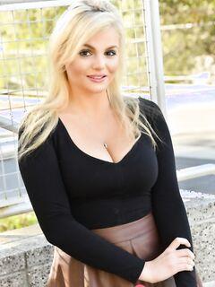 Блистательная Кэти задирает юбку на улице и раздвигает половые губки проворными пальчиками - фото