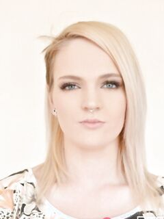 Пирсинговая блондинка с рыжим пушком на лобке раздвигает половые губки вагины - фото