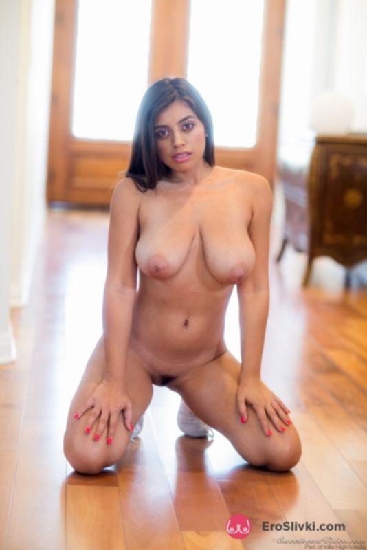 Грудастая Элла демонстрирует свое фантастически идеальное тело на лестнице - фото