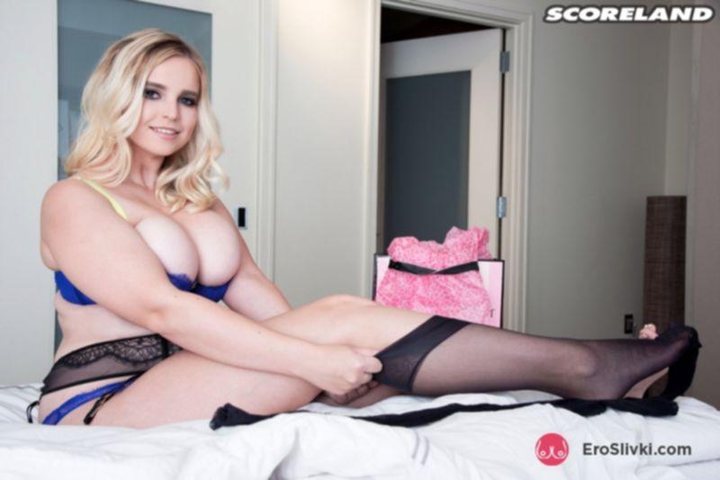 Пухлая блондинка Коди выкатывает на обозрение сочные натуральные дойки перед мастурбацией - фото