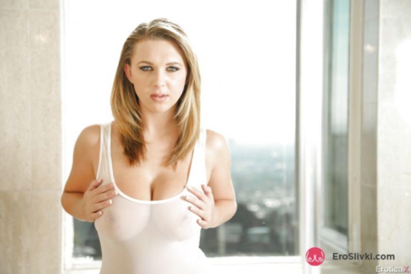 Очаровательная порно звезда Брук позирует на открытом воздухе с голыми сиськами и холеной киской - фото