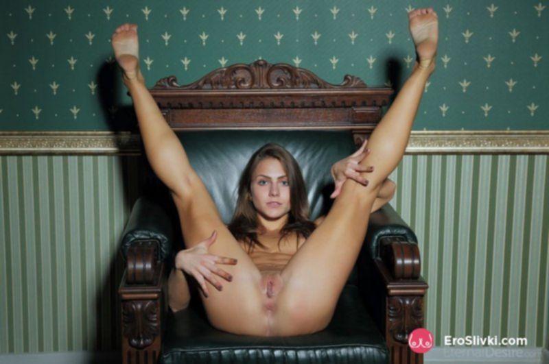 Девушка с потрясающей растяжкой показывает сочную вагину на фото - фото