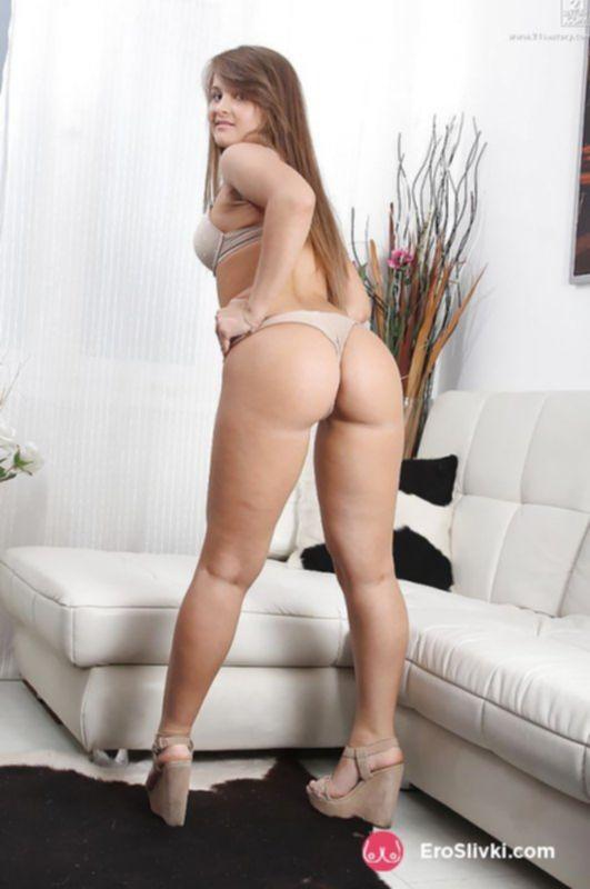 Длинноволосая милашка эротично дрочит себе киску вагинальными шариками - фото