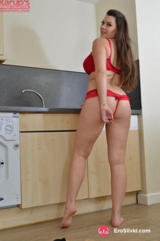 Фигуристая брюнеточка на кухне устроила разврат для своей голой киски - фото