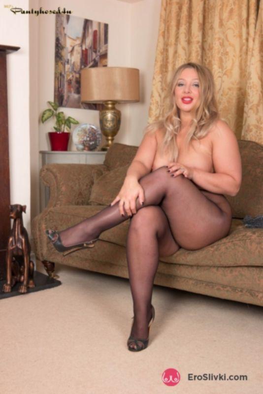 Горячая жирная блондинка показывает мощные сиськи и рвет колготки для дрочки сочной писи - фото