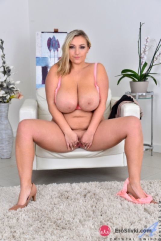 Сексуальная толстушка с интимной стрижкой на пухлом лобке теребит сиськи и раздвигает ляжки - фото