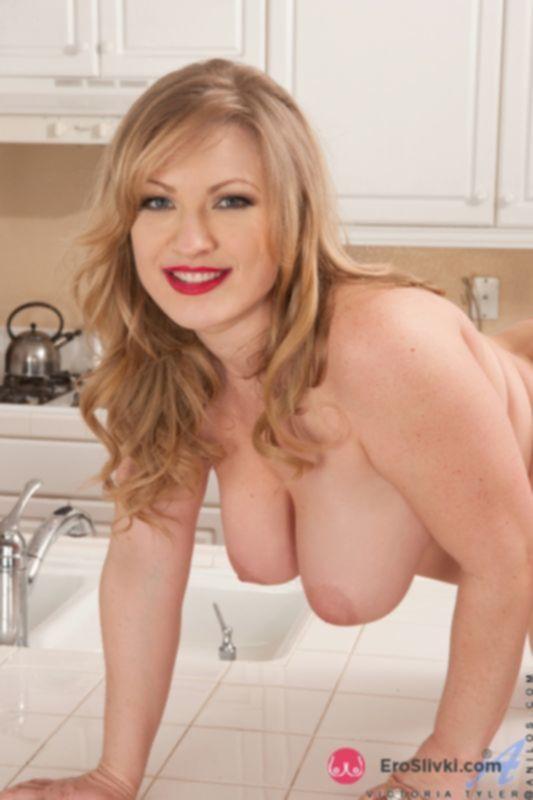 Круглолицая домохозяйка на кухне показывает жаждущую ласки волосатую промежность - фото