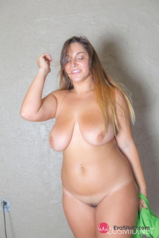 Загорелая толстушка Элли с громадными дойками нагибается и показывает смачную попку - фото