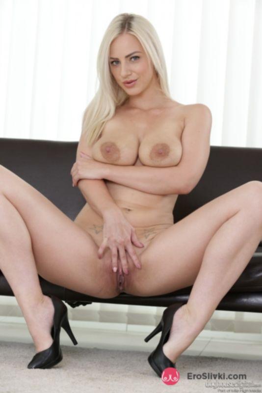 Любвеобильная блондинка из Чехии средних лет показывает все самые интимные трещинки - фото
