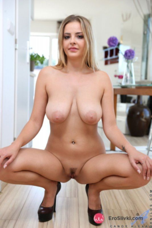Привлекательная блондинка светит бритой киской с интимной стрижкой - фото