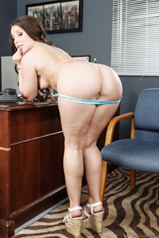 Смазливая секретарша в обеденный перерыв разоблачает свою аппетитную попку - фото