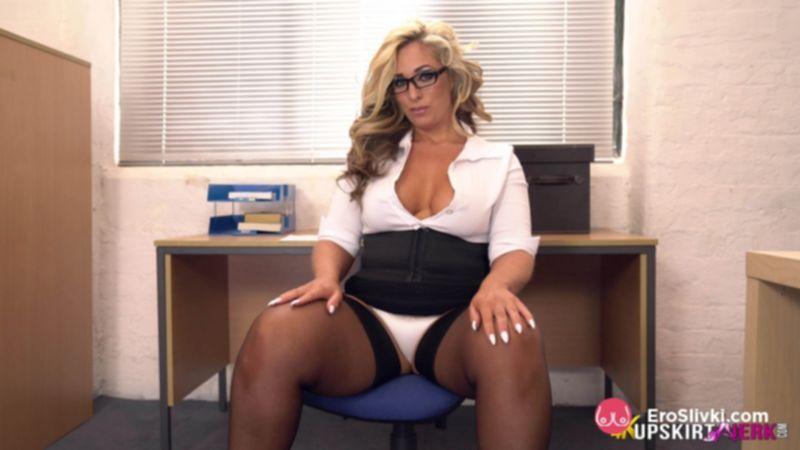 Секретарша Келли с избыточным весом дразнит шефа в офисе трусиками под юбкой - фото