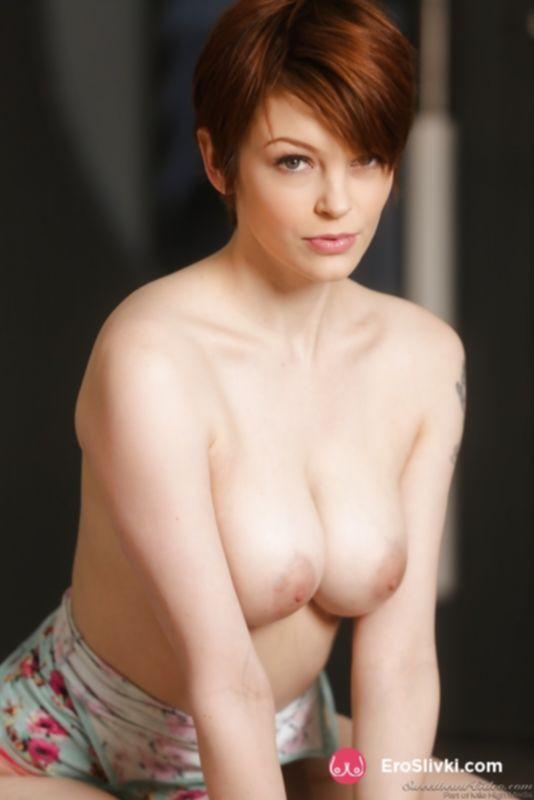 Рыжая бестия с короткой стрижкой демонстрирует упругую грудь и в мечтах снимает кружевные трусики - фото