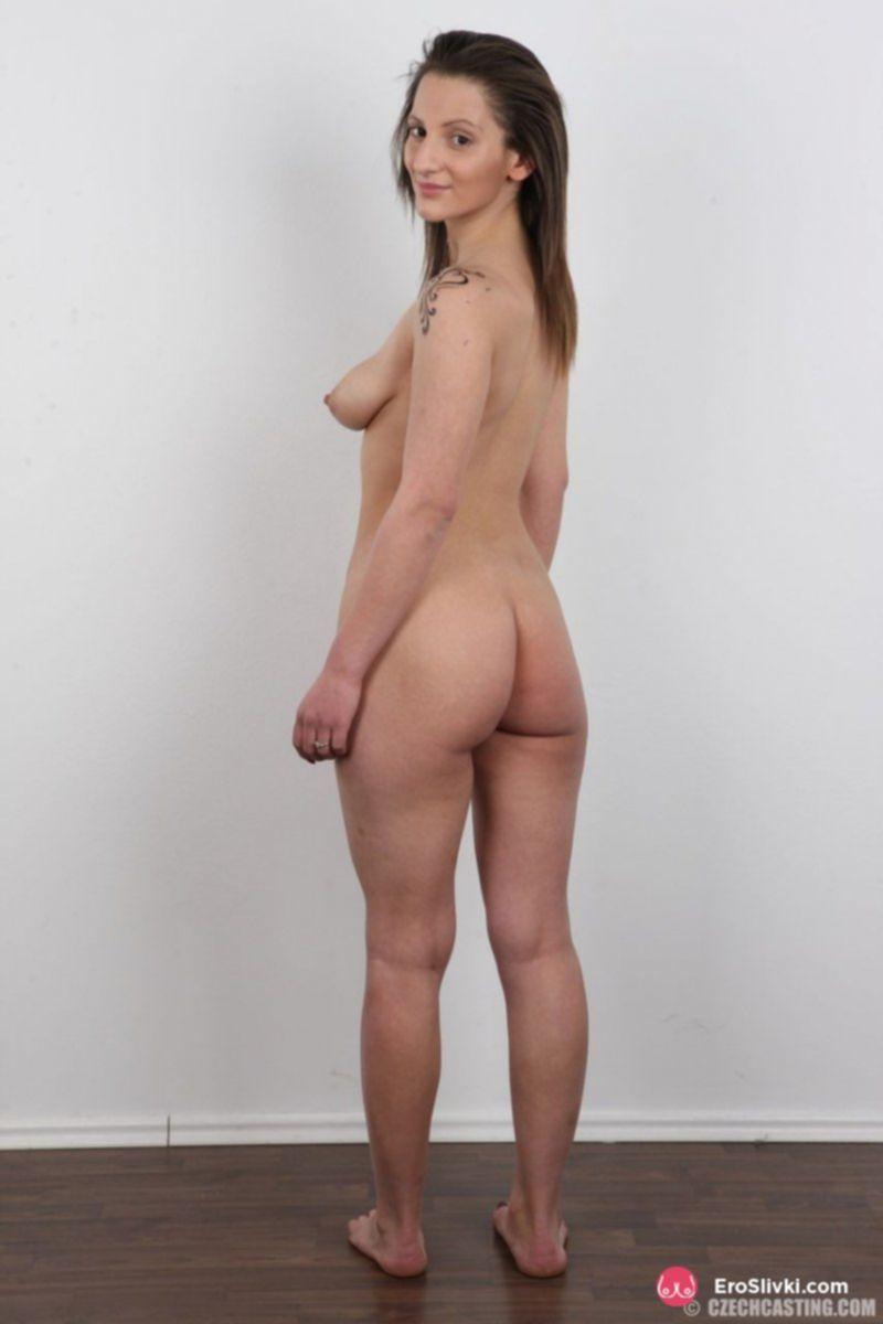Кареглазой мамке захотелось похвастаться обвислыми сиськами с большими сосками - фото