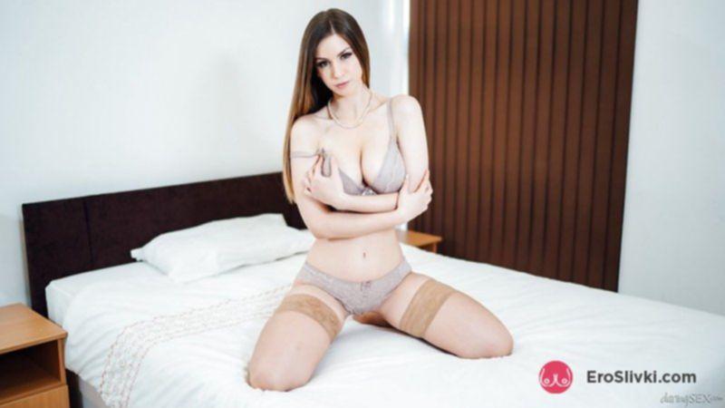Чувственная и романтичная Стелла показывает соло-программу на кровати - фото