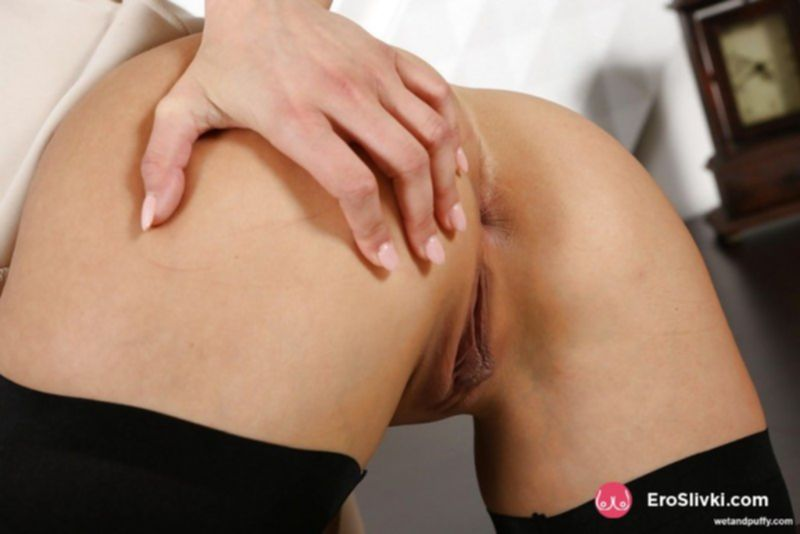 Длинноногая немка показывает бритую манду и растягивает пальцами половые губки - фото