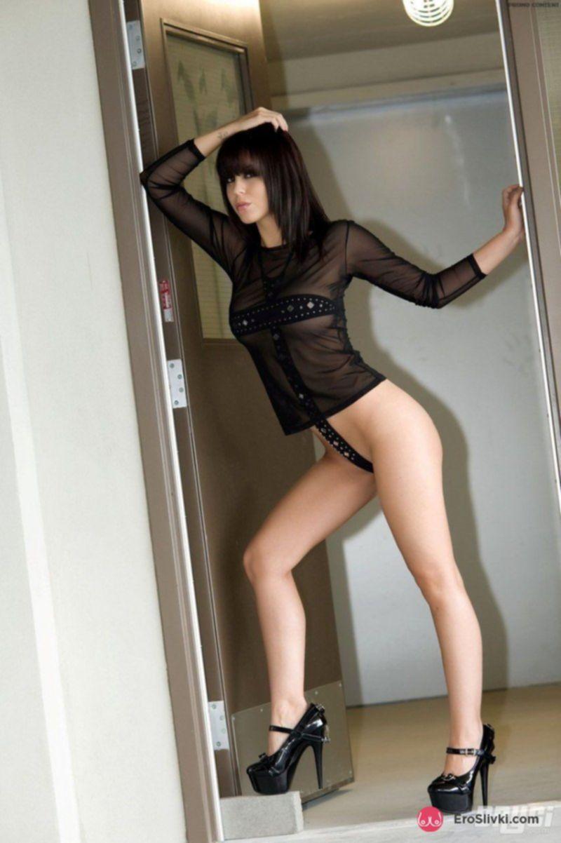 Стройная и романтичная девушка кокетливо прикрывает влагалище ремешком - фото