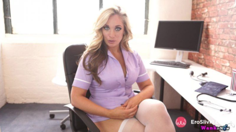 Белокурая секретарша Келли хвастается в офисе своими роскошными сиськами - фото