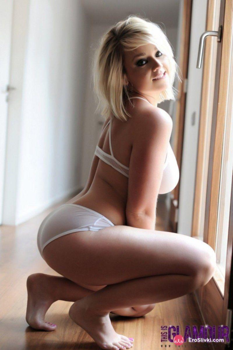Смазливая блондинка на эротических фото показывает габаритные натуральные дойки - фото