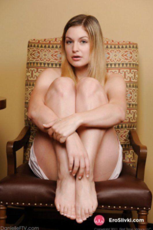 Пышногрудая блондинка суёт себе расчёску в письку и наслаждается дрочкой - фото