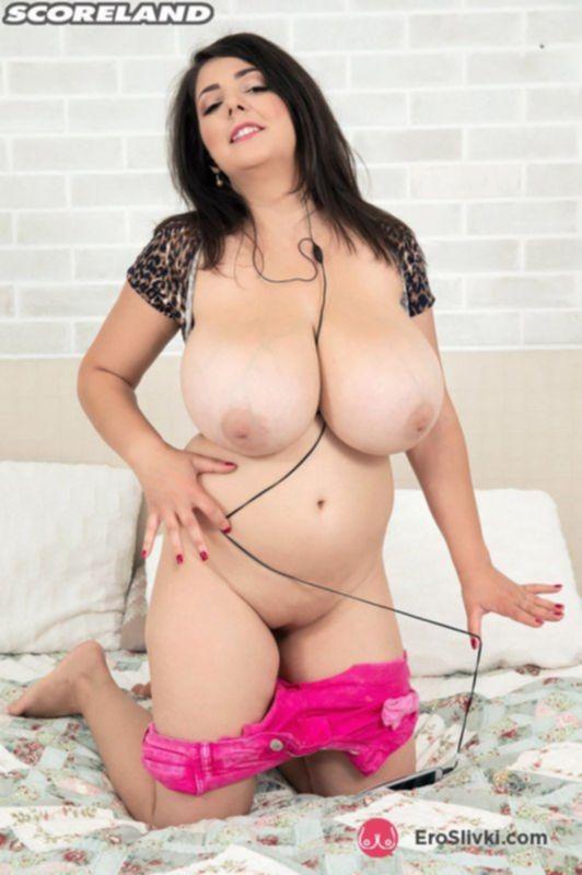 Привлекательная толстушка показывает свои огромные сиськи в красивом белье - фото