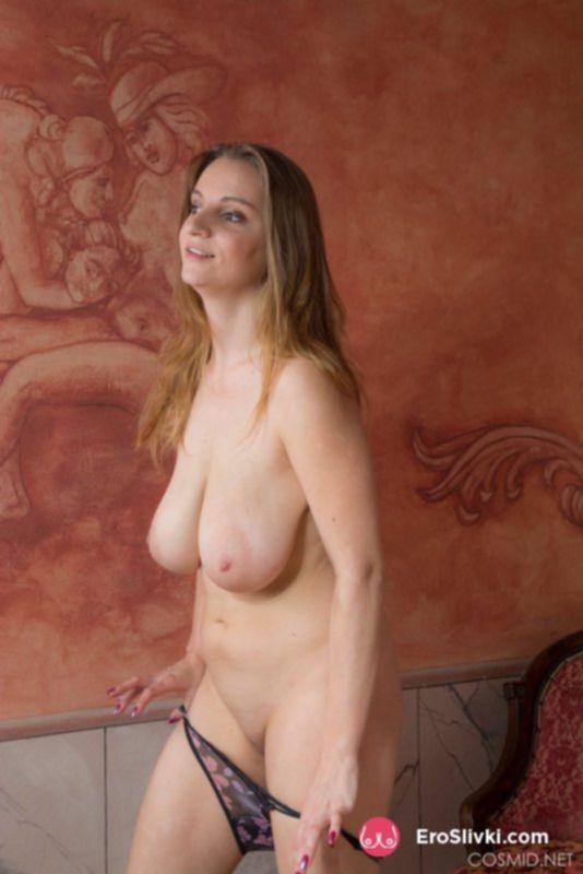 Блондинка играет со своими висячими дойками в спальне - фото