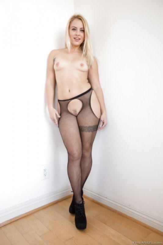 Задрала юбку и выставила большую попку раком - фото