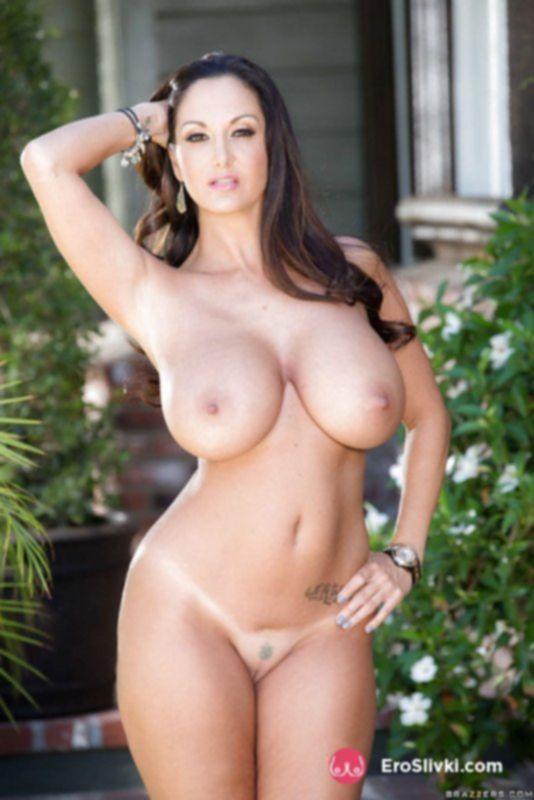 Известная порно мамочка ласкает свои дойки и светит киской во дворе - фото