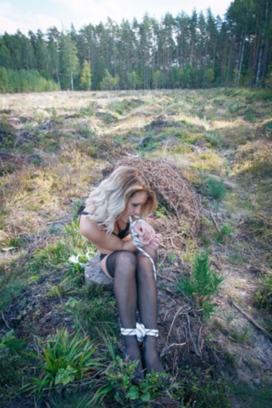 Блондинка задремала и увидела связанной себя в лесу бичевкой перед секс истязаниями - фото