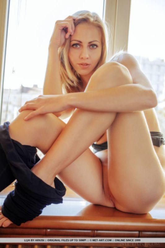 Обольстительная блондинка после занятий йогой снимает штанишки и показывает бритую писю - фото