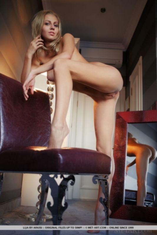 Дерзкая голубоглазая блондинка Лия в чулках демонстрирует гладкую шмоньку - фото