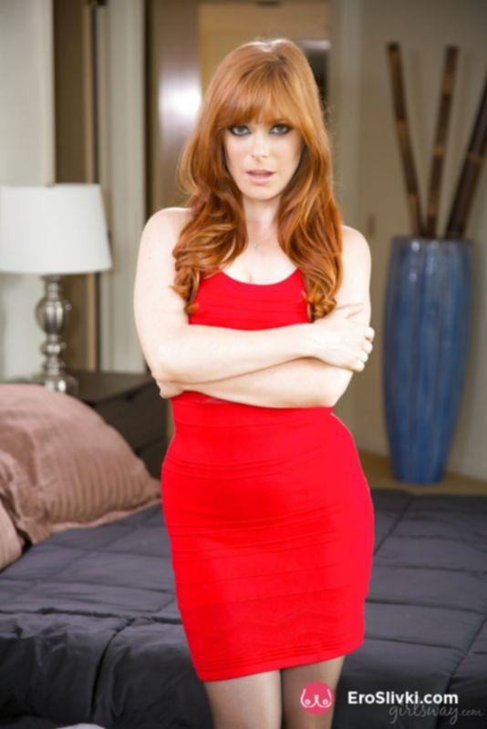 Сексуальная рыжая красотка носит черные колготки с вырезом - фото