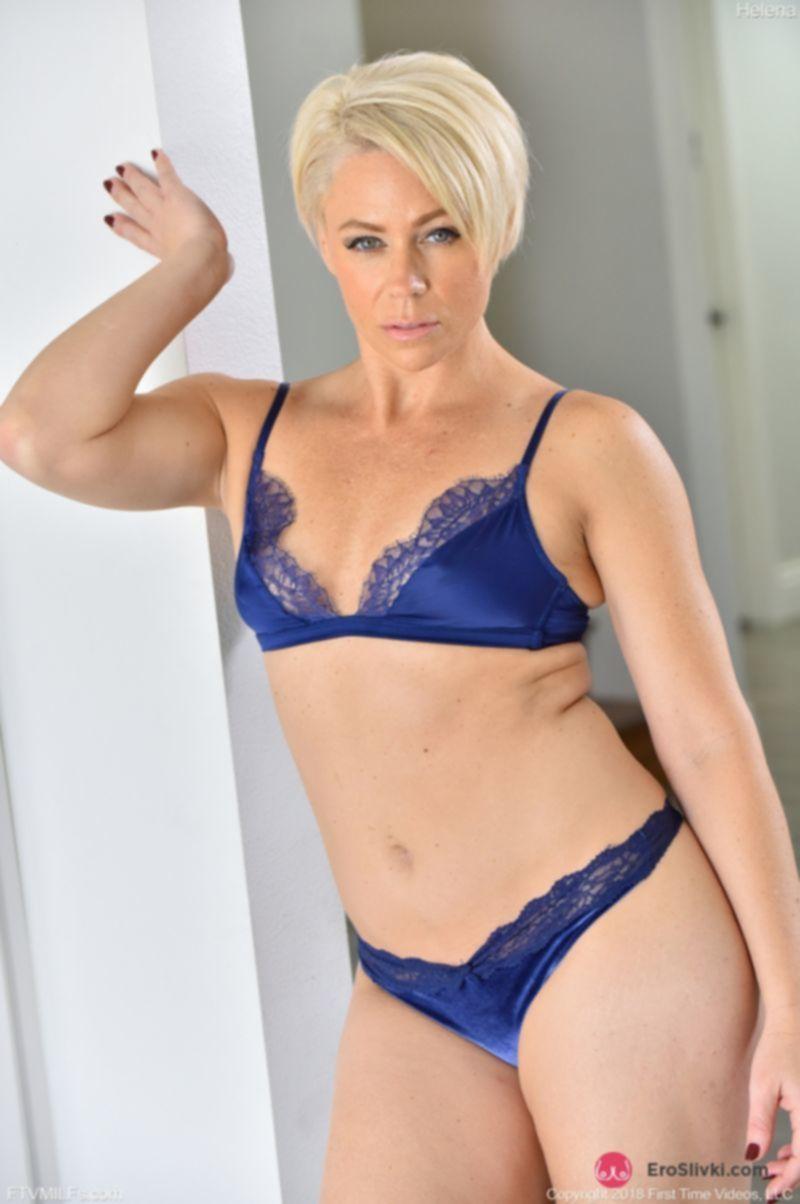 Блондинка с короткой стрижкой использует сразу две секс игрушки для мясистой вагины - фото